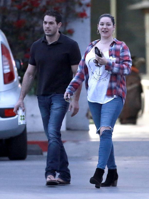 Meikitön Kelly Brook kuvattiin miesystävänsä kanssa New Yorkissa.