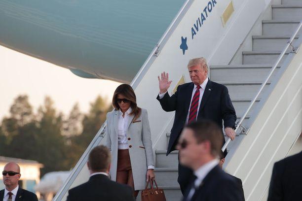 Melania kulki miehensä edellä ulos lentokoneesta.