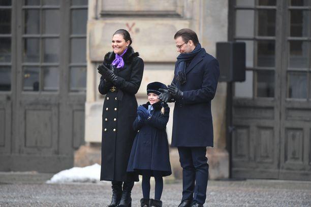 Prinsessa Estelle edusti lämpimän näköisessä myssyssä äitinsä nimipäivillä keväällä 2018.