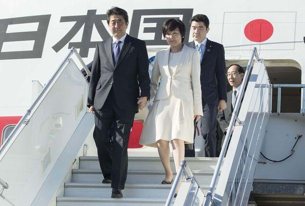 Japanin pääministeri Shinzo Abe ja vaimo Akie.