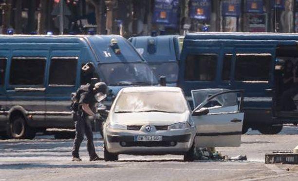Poliisit tutkivat ilmeisesti hyökkääjän autoa.