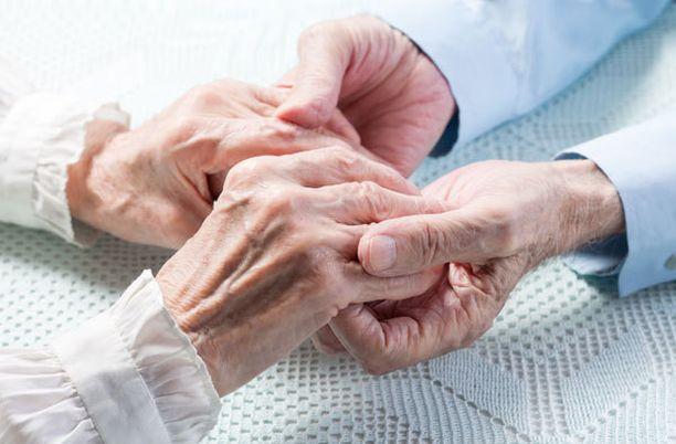 Yli 100-vuotiaan lääkärin mielestä on tärkeää viettää aikaa ystävien ja läheisten kanssa.