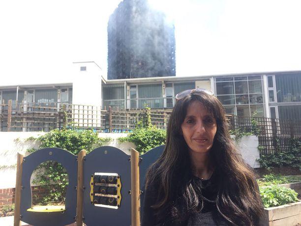Samia Badanin taustalla näkyy palava tornitalo.