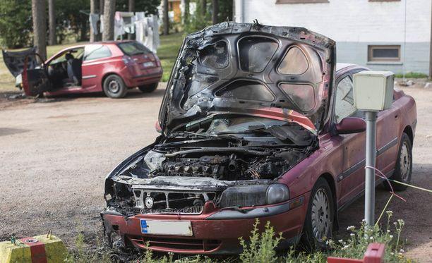 Kaksi autoa paloi Alvar Aallon kadulla. Kolmas vain kivenheiton päässä Pakinkadulla.