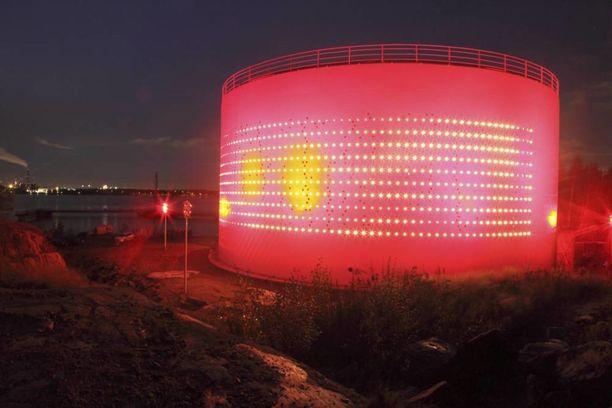 Alkuillasta säiliöön tehty valoteos on vaalea, yöllä punainen.