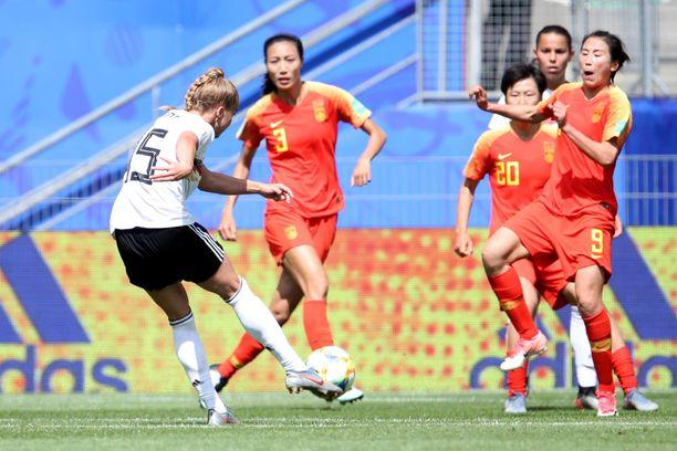 19-vuotias Giulia Gwinn tykitti pelaajamuurin takaa voittomaalin Kiinan verkkoon.