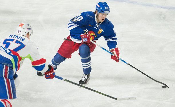 Eeli Tolvanen harhauttaa tyylikkäästi SKA:n Jegor Rykovin.