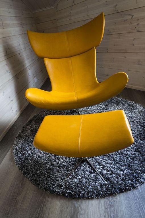 Tumma harmaa sopii keltaisen nojatuolin kaveriksi. Asuntomessukohde 12.