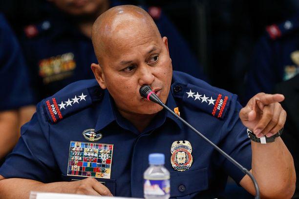 Filippiinien poliisin korkein johtaja Ronald Dela Rosa kertoi terroristipomon surmasta tiedotustilaisuudessa. Arkistokuva.