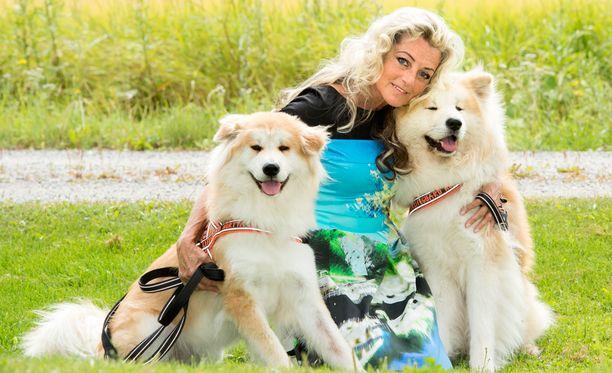 Kike Elomaa rakastaa koiriaan.