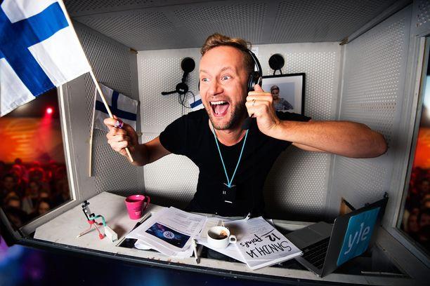 Toimittaja Mikko Silvennoinen selostaa Suomen Euroviisu-lähetyksen.