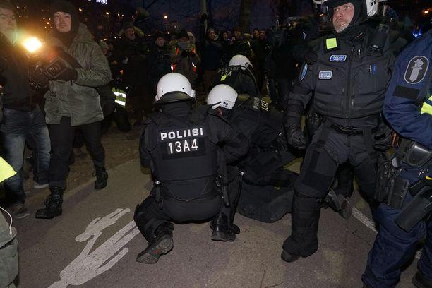 Poliisi tekee vuosittain joitakin kiinniottoja mielenosoituksissa.