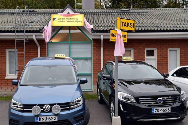 Roosa -väri on vilkkunut torstaina 22. syyskuuta lahtelaisissa takseissa, niin autoissa kuin tolpillakin.