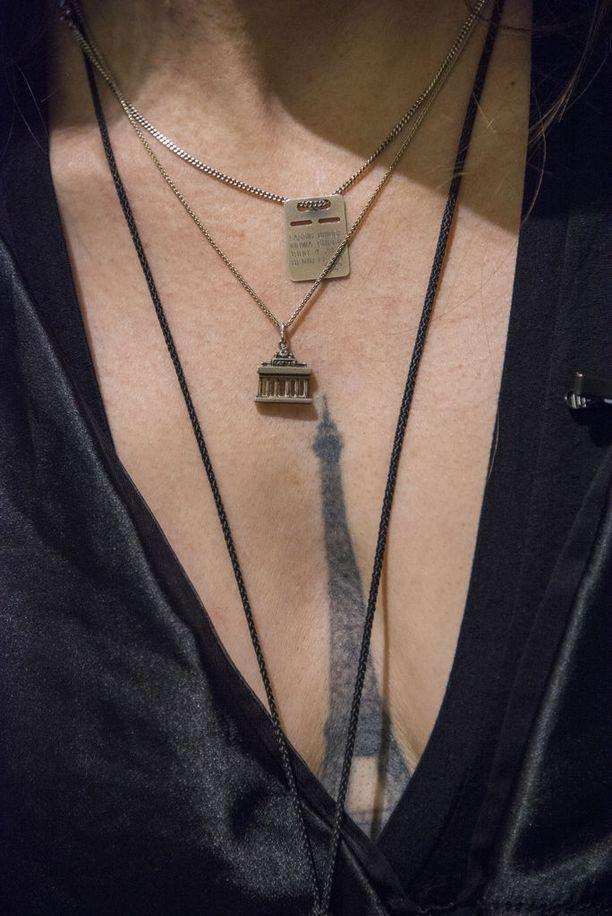 Erika Eiffel sanoo, että sitoutumisseremonia Eiffel-tornin kanssa oli symbolinen teko kuvaamaan hänen objektiseksuaalisuuttaan yleisesti. Hänellä on myös rinnassaan Eiffel-tornin tatuointi.