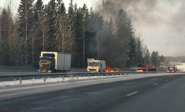 Palavasta autosta nousi runsaasti savua.