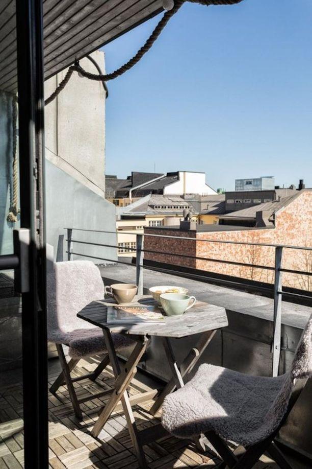 Ullakkoasunnon eteläparvekkeelta voi ihailla maisemia kaupungin kattojen yli.