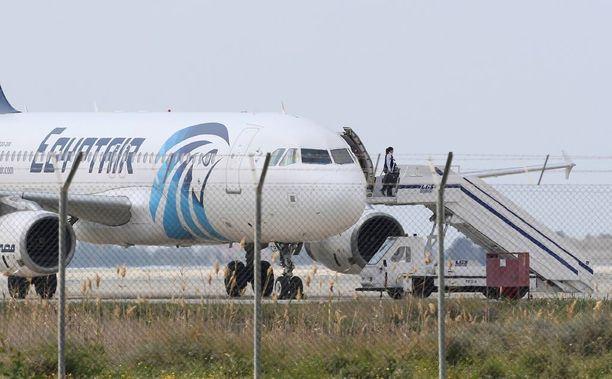 Matkustaja poistui Egypt Airin kaapatusta koneesta Larnakan lentokentällä.