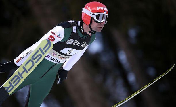 Janne Ahonen on kovassa iskussa.