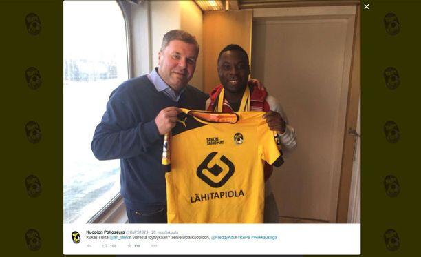 KuPS julkaisi lauantaina Twitter-tilillään kuvan Freddy Adusta Ari Lahden kanssa.