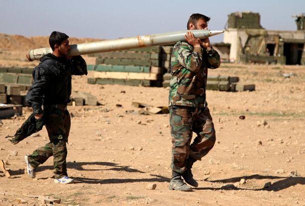 Syyrialaissotilaat kantoivat rakettia ampuakseen sen Isisin kohteeseen. Armeija otti viikonloppuna haltuunsa 16 kylää Isisiltä.
