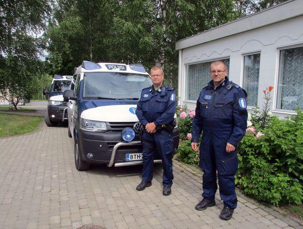Vanhempi konstaapeli Jari Raatikainen (vas) ja vanhempi konstaapeli Osmo Vänttinen vastasivat nunnan etsinnöistä lauantaina.