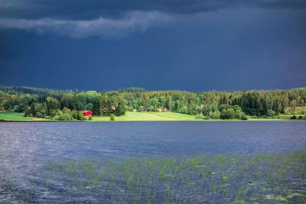 Loppuviikko tuo mukanaan sateita ja ukkosia.