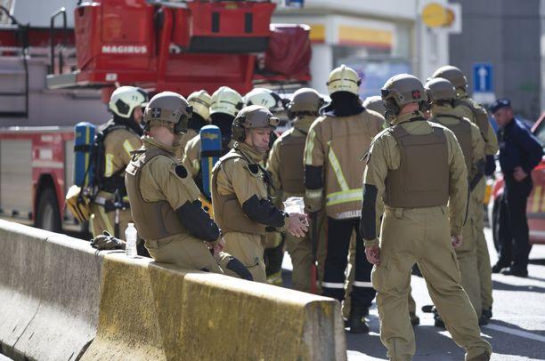 Paikalla oli runsaasti pelastuslaitoksen ja poliisin väkeä.