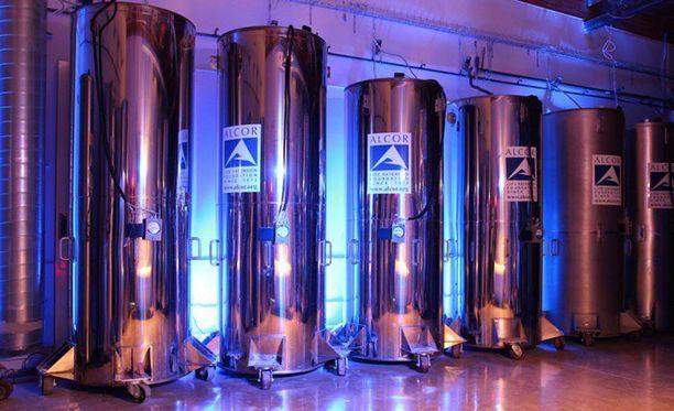 Syväjäädytetyt ruumiit tai aivot säilytetään nestemäisellä typellä jäähtytetyissä tankeissa -196 asteen lämpötilassa.
