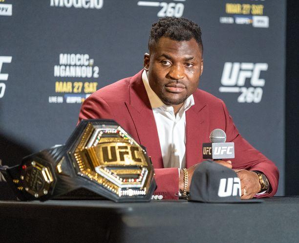 Francis Ngannou on murtaa vastustajia UFC-areenoilla kovan lyöntinsä avulla.