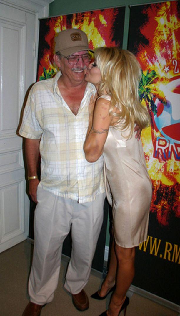 Pamelan isä Barry Anderson sai tyttäreltään juhannuspusun poskelle.