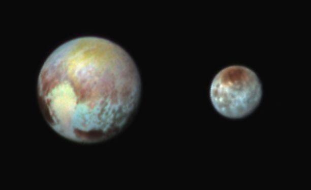 """NASAn kuvassa Pluto sekä Charon-kuu kolmella erikosvärillä väritettynä. Värikuvat paljastavat, että Pluton """"sydän"""" koostuu tosiasiassa kahdesta huomattavan erivärisestä alueesta. Pluton sydän koostuu persikan värisestä, hivenen jäätelötötteröä muodoltaan muistuttavasta alueesta."""