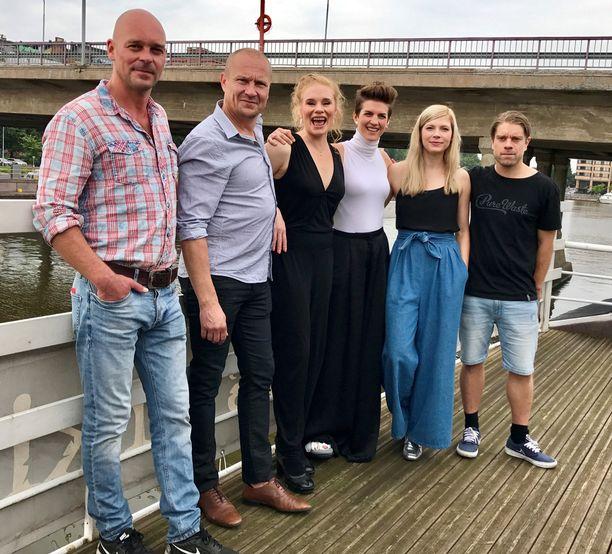 Aallonmurtaja-sarjassa esiintymät muun muassa Ville Keskilä, Turkka Mastomäki, Maria Järvenhelmi, Maria Ylipää, Saara Kotkaniemi ja Joonas Saartamo.