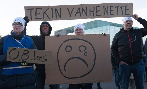 Sadat hallituksen suunnitelmista suivaantuneet hoitajat kokoontuivat osoittamaan mieltään hyvän vanhustenhoidon puolesta Helsingissä syksyllä 2016.