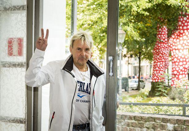 Matti Nykänen auttoi nuorempia mäkihypyn harrastajia.