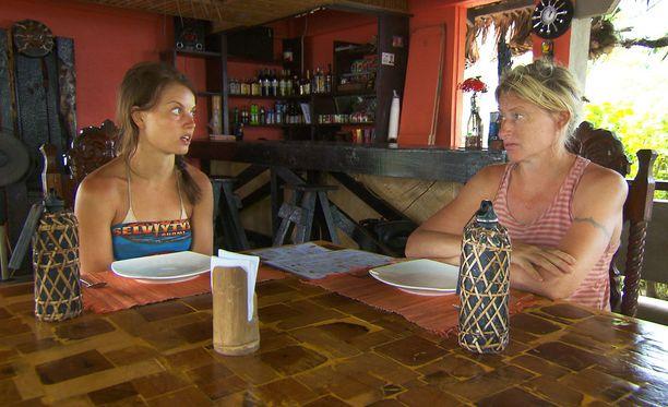 Janni Hussi ja Katja Ståhl puhuvat ravintolassa tyttöjen juttuja.