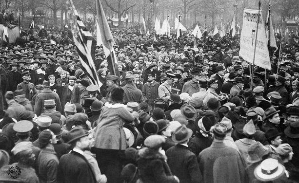 Pariisin kaduilla riemuittiin 11.11.1918, kun aselepo oli julistettu. Lopullinen rauhansopimus allekirjoitettiin 28. kesäkuuta 1919 Versaillesissa.