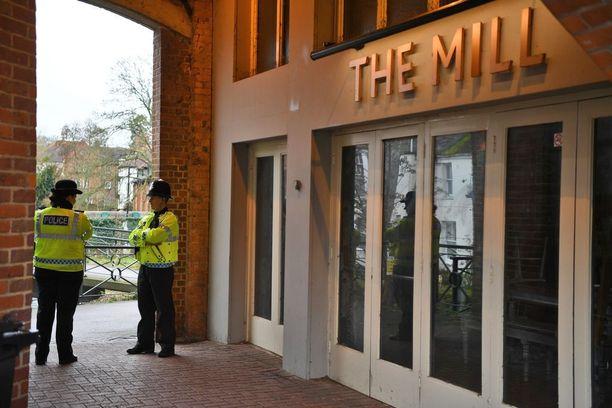 Poliisi vartioi Mill-pubin edustalla Salisburyssa. Skripalit vierailivat pubissa ennen kuin joutuivat hermomyrkystä koomaan.
