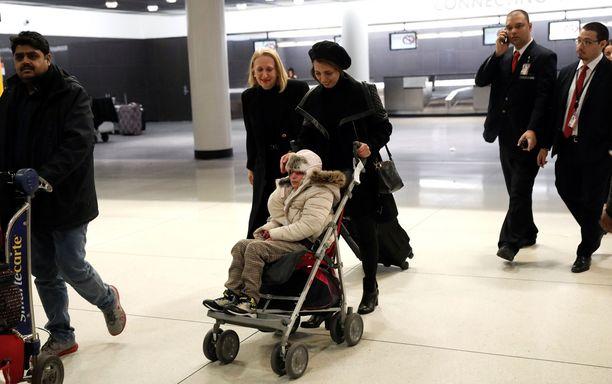 Vakavasta ja harvinaisesta sairaudesta kärsivä Alma Kashkooli, 12, saapui John F. Kennedyn lentokentälle New Yorkiin eilen. Tytärtä työnsi rattaissa äiti Fahimeh Kashkooli.