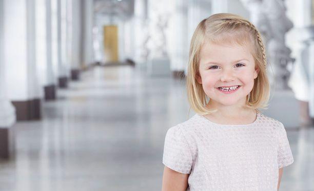 Prinsessa Estelle on hymyileväinen tyttö.
