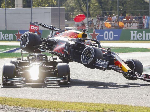 Lewis Hamiltonin ja Max Verstappenin kisa päättyi tähän tilanteeseen.