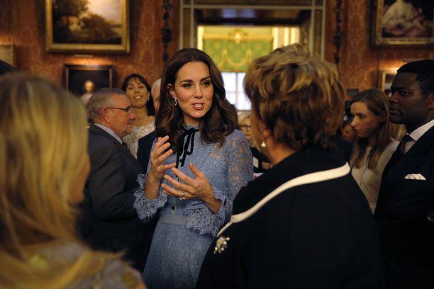 Koko raskauden ajan vaivanneesta pahoinvoinnista huolimatta Kate jaksoi edustaa.