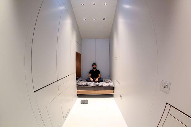 Näin pelkistetyltä talo sisältä näyttää, kun lähes kaikki huonekalut on upotettu seinään.