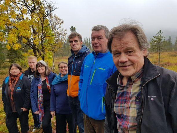 Raimo Roininen, Vesa Kaulanen, Mauri Kuru, Lea Kaulanen, Pirkko Hietaniemi, Sampo Kaulanen ja Heli Kaulanen puolustavat matkailua. Kuva toissa syksyltä.