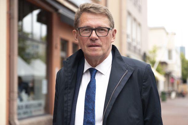 """Puhemies Matti Vanhanen kertoo voivansa hyvin. Hän on jatkanut tavallisia harrastuksiaan eli ulkoilua ja lukemista. """"Olen yrittänyt tismalleen toimia sairaanhoitajien ja fysioterapeutin antamien ohjeiden mukaan."""""""