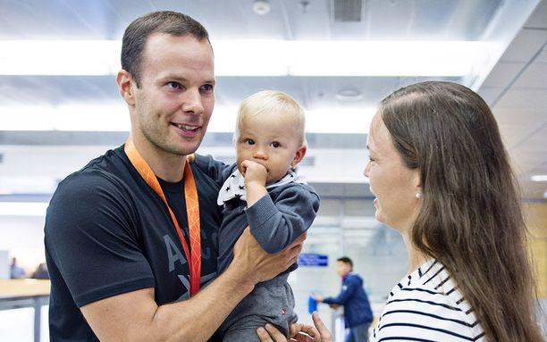 Vaimo Niina Kelo ja esikoinen Jimi olivat Tero Pitkämäkeä vastassa MM-Pekingin jälkeen elokuussa 2015.