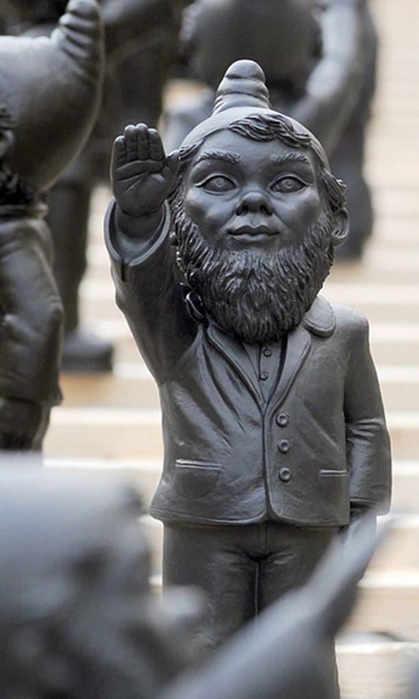 NATSITERVEHDYS Puutarhatonttujen tarkoitus on taiteilijan mukaan varoittaa fasismista.