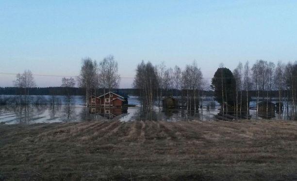 Tulva uhkaa satoja rakennuksia Kuortaneenjärvellä.