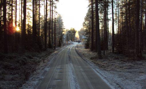 Meteorologi Paavo Korpela varoittaa, että lauantain vastaisena yönä maan yli kulkeva korkeapaine tekee yöstä viileän ja tienpintojen lämpötilat voivat tippua nollan alapuolelle.