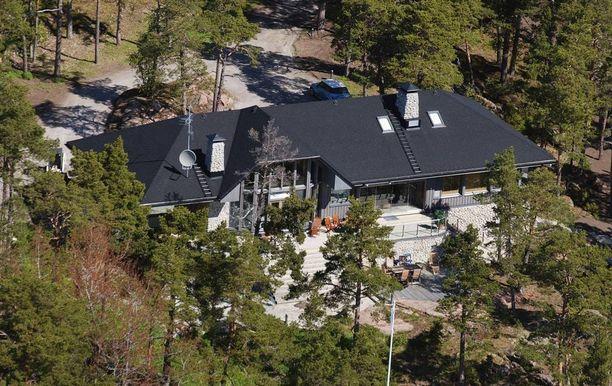 Räikkösen tontilla Porkkalassa on kaksi huvilaa. Villa Divan hän osti noin parilla miljoonalla eurolla. Viereisen huvilan Räikkönen hankki naapuriltaan 2,5 miljoonalla. Yhteensä tontilla on kokonaispinta-alaa yli 22 hehtaaria.