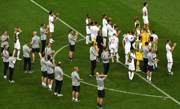Englannin maajoukkueen pelaajat kiittivät kannattajiaan keskiviikkona pelatun välieräottelun jälkeen.